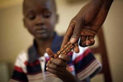 Un enfant reçoit un traitement pour la tuberculose au Soudan du Sud.