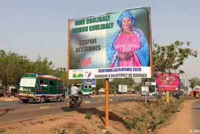 A campaign billboard on a busy street in Bamako, Mali (DW/)