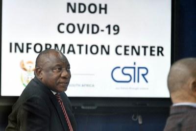 Le Président Cyril Ramaphosa visitant le centre d'information sur le  COVID-19  du Ministére de la santé, le 9 avril 2020