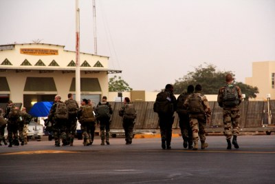 French soldiers enter the French camp at Bamako International Airport after being flown in by the United State Air Force in January, 2013 (file photo).