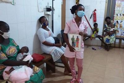 Une sage-femme parle de planification familiale lors d'une journée « portes ouvertes » sur ce thème dans un centre de santé d'Assahoun (Togo).