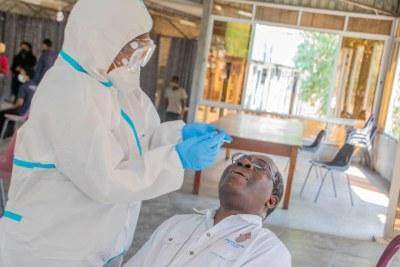Le très révérend David Njovu du diocèse anglican de Lusaka reçoit un test COVID-19 à la cathédrale de la Sainte-Croix à Lusaka, en Zambie