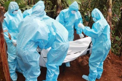 Public health officials carry the body of a man who succumbed to Covid-19 complications.