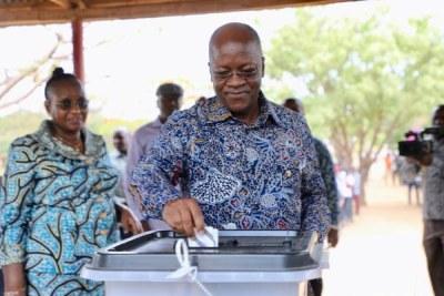 Tanzania President John Magufuli casting his vote in Dodoma.