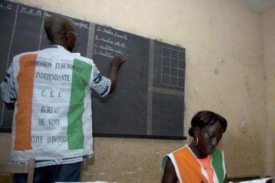 Le décompte des bulletins de vote dans un bureau de vote à Abidjan en Côte d'Ivoire. (archive)