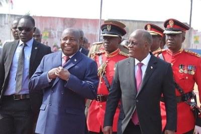 Le président burundais Évariste Ndayishimiye (à gauche) et le président tanzanien John Magufuli se rencontrent à Kigoma, dans le nord-ouest de la Tanzanie, le 19 septembre 2020. Il s'agit de la première visite à l'étranger de M. Ndayishimiye depuis son élection en mai 2020.