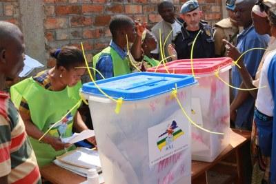 Des électeurs dans un bureau de vote en République centrafricaine (photo d'archives)