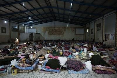 Des migrants sont couchés sur des matelas à l'intérieur d'un centre de détention, situé en Libye. (archive)