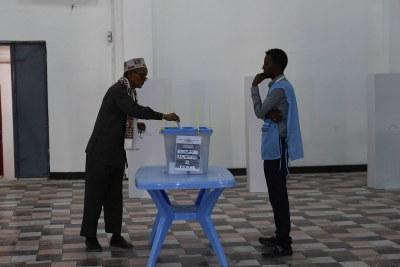 Un citoyen somalien votant.