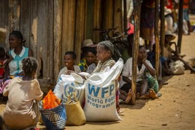 Des résidents dans les communautés touchées par la sécheresse d'Ifotaka, au sud de Madagascar, reçoivent une aide alimentaire fournie par le PAM