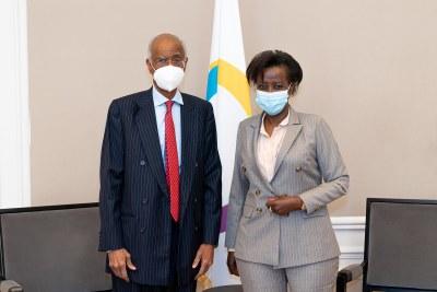 La secrétaire générale de la Francophonie, Louise Mushikiwabo et L'ancien ministre mauritanien des Affaires étrangères et de la Coopération Ahmedou Ould Abdallah