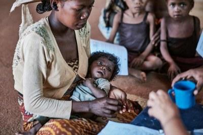 Famille malgache dans une situation précaire