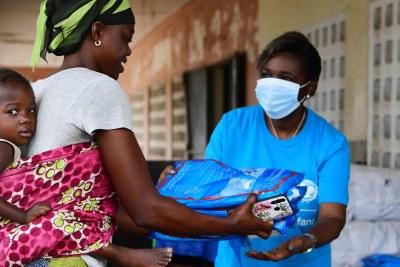 L'UNICEF distribuant des fournitures essentielles aux familles en Côte d'Ivoire pendant la pandémie de COVID-19.