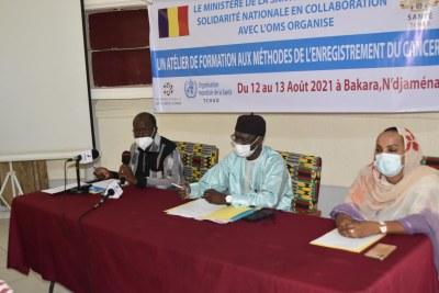 Les officiels : le DG du Ministère de la Santé Publique et de la Solidarité Nationale, Dr Ismaël Barh Bachar (au centre) entouré de Dr Djimrassengar D. Honoré, Point Focal de l'OMS pour la lutte contre les Maladies non Transmissibles (à gauche) et la Coordonatrice du Programme national de lutte contre le cancer, Dr Fatima A.A. Haggar (à droite)