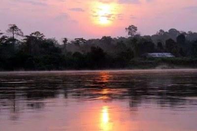 Coucher du soleil sur la rivière Kwilu, dans la ville de Kikwit.