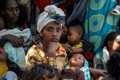 Une femme amène son enfant à une clinique à Wajirat dans le sud du Tigré, en Ethiopie, pour vérifier son état de malnutrition (photo d'archives).
